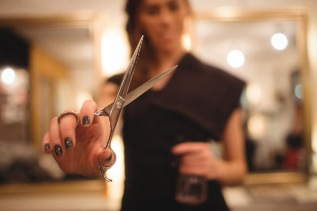 Read more about the article O que é melhor, trabalhar em um salão de beleza ou abrir o seu próprio?