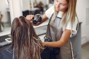 Read more about the article Como ser cabeleireira: tudo o que você precisa saber.
